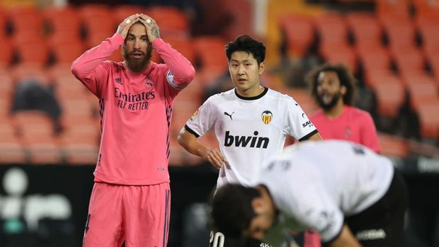 VALENCIA, SPAIN - NOVEMBER 08: Sergio Ramos of Real Madrid reacts as Carlos Soler of Valencia prepares to take his third penalty during the La Liga Santander match between Valencia CF and Real Madrid at Estadio Mestalla on November 08, 2020 in Valencia, Spain. Sporting stadiums around Spain remain under strict restrictions due to the Coronavirus Pandemic as Government social distancing laws prohibit fans inside venues resulting in games being played behind closed doors. (Photo by Angel Martinez/Getty Images)
