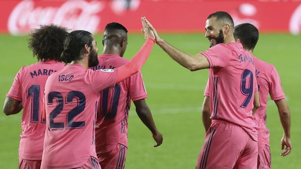 Real Madrid's Karim Benzema, center right, celebrates with teammates after scoring his side's first goal during the Spanish La Liga soccer match between Valencia and Real Madrid at the Mestalla Stadium in Valencia, Spain, Sunday, Nov. 8, 2020. (AP Photo/Alberto Saiz)