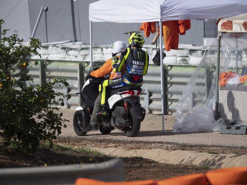 Motor Mogok, Valentino Rossi Masih Bisa Senyum dan Bercanda