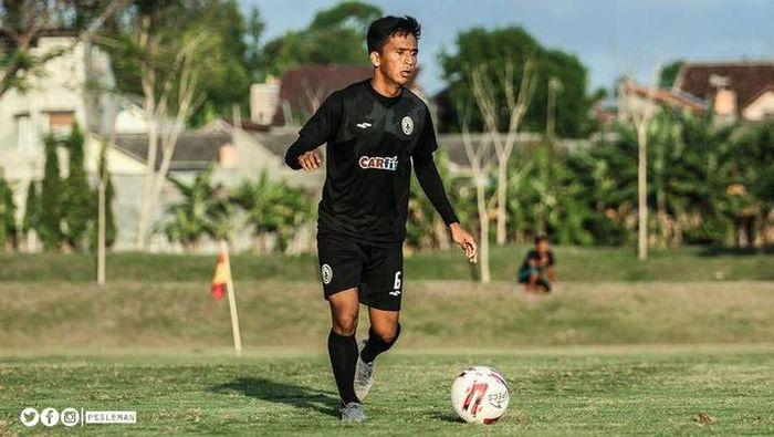 Pemain PSS Sleman, Wahyu Sukarta, menjalani latihan.