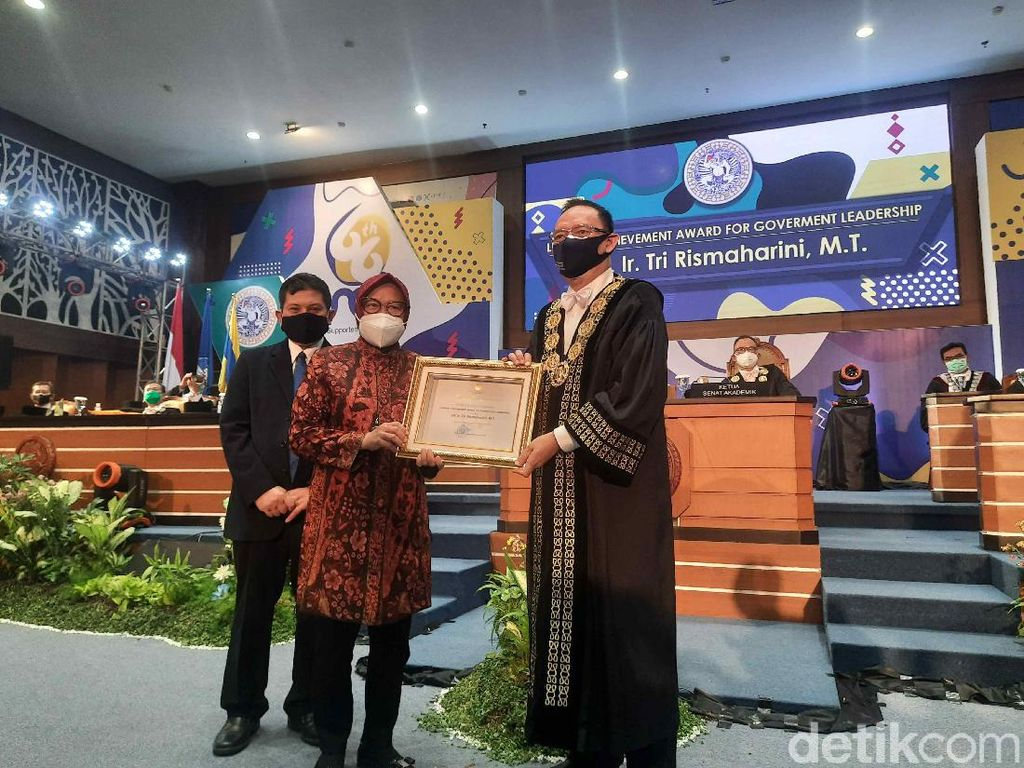 Risma Terima Lifetime Achievement Award for Government Leadership dari Unair