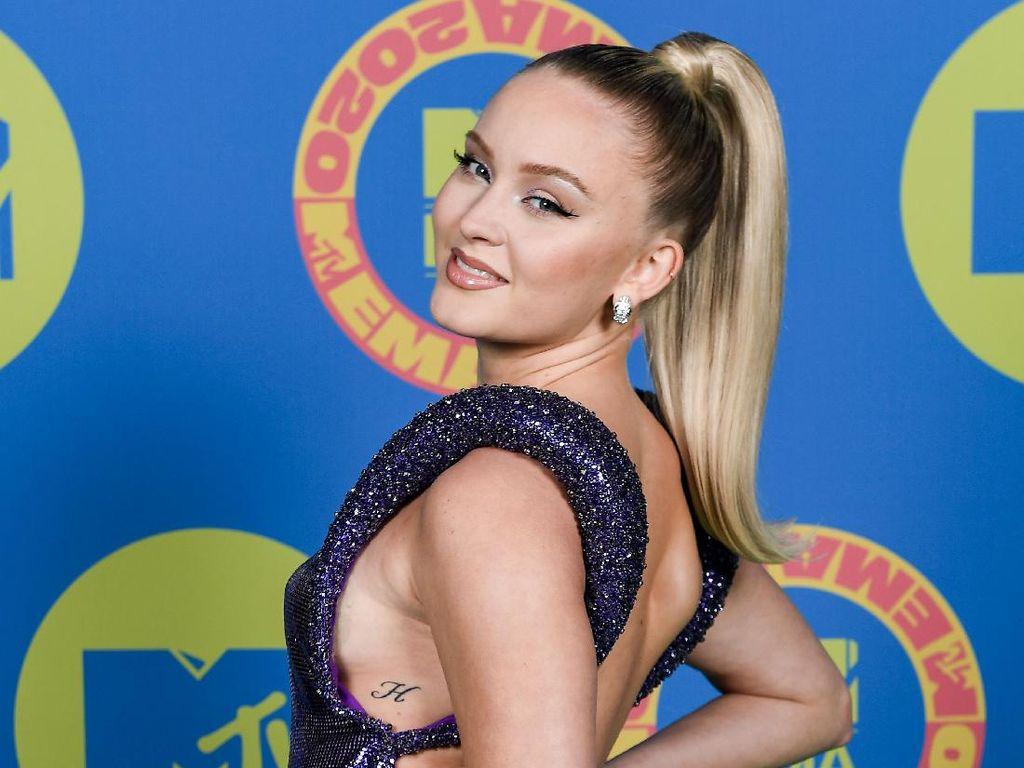 Pose Seksi Zara Larsson di MTV EMAs 2020