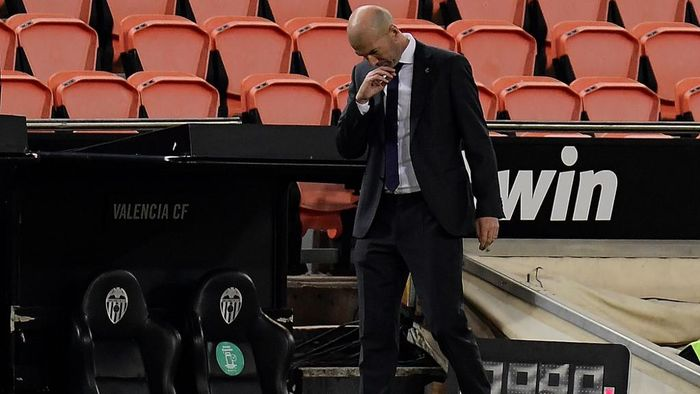 Real Madrids French coach Zinedine Zidane reacts during the Spanish League football match between Valencia and Real Madrid at the Mestalla stadium in Valencia on November 8, 2020. (Photo by JOSE JORDAN / AFP)