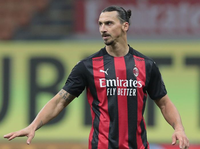 MILAN, ITALY - NOVEMBER 08:  Zlatan Ibrahimovic of AC Milan gestures during the Serie A match between AC Milan and Hellas Verona FC at Stadio Giuseppe Meazza on November 8, 2020 in Milan, Italy.  (Photo by Emilio Andreoli/Getty Images)