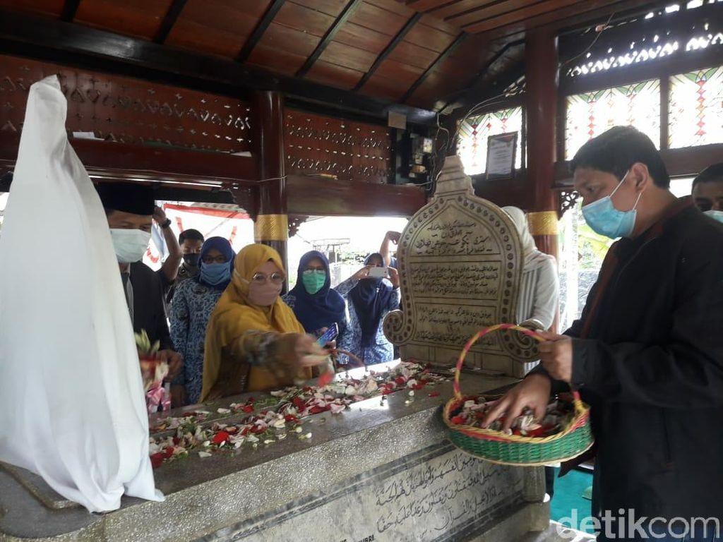 Komisi I DPR Aceh Ziarah ke Makam Pahlawan Cut Nyak Dhien