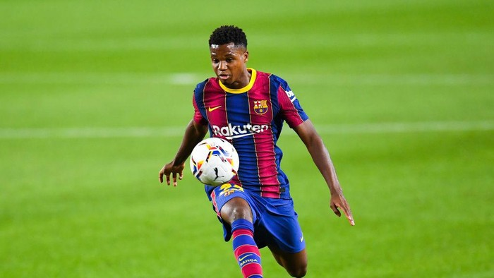 BARCELONA, SPAIN - OCTOBER 04: Ansu Fati of FC Barcelona controls the ball during the La Liga Santander match between FC Barcelona and Sevilla FC at Camp Nou on October 04, 2020 in Barcelona, Spain. Football Stadiums around Europe remain empty due to the Coronavirus Pandemic as Government social distancing laws prohibit fans inside venues resulting in fixtures being played behind closed doors. (Photo by David Ramos/Getty Images)