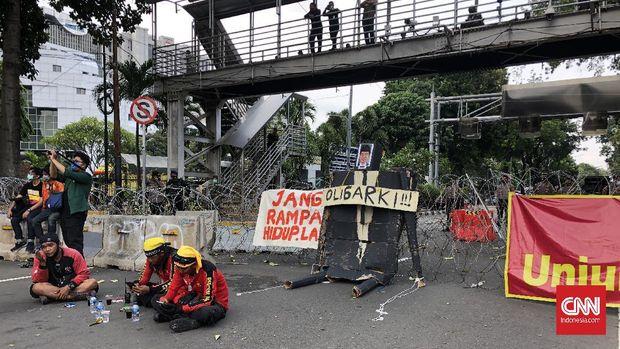 Boneka Jokowi yang terbuat dari kardus hadir menemani massa aksi yang melakukan demonstrasi di kawasan Patung Kuda setelah tak bisa berdemo di Istana, Selasa (10/11).