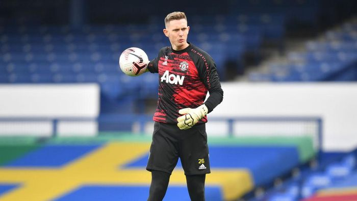 LIVERPOOL, ENGLAND - NOVEMBER 07: Dean Henderson of Manchester United warms up prior to the Premier League match between Everton and Manchester United at Goodison Park on November 07, 2020 in Liverpool, England. Sporting stadiums around the UK remain under strict restrictions due to the Coronavirus Pandemic as Government social distancing laws prohibit fans inside venues resulting in games being played behind closed doors. (Photo by Paul Ellis - Pool/Getty Images)