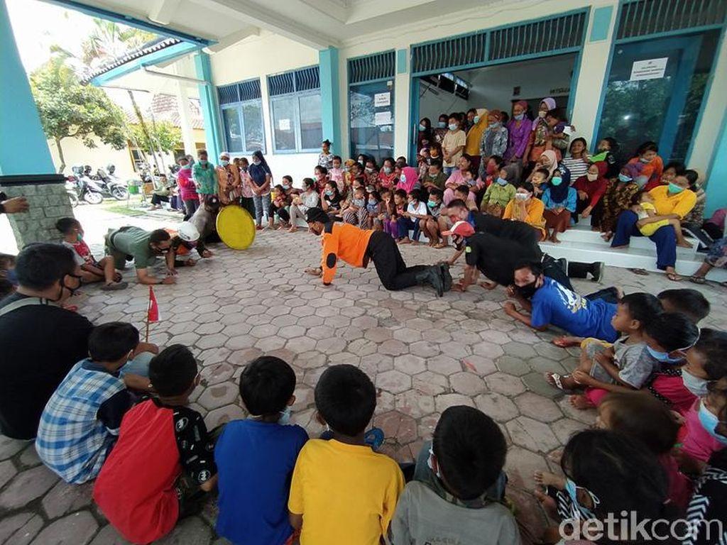 Momen Anak-Anak Peringati Hari Pahlawan di Pengungsian Magelang