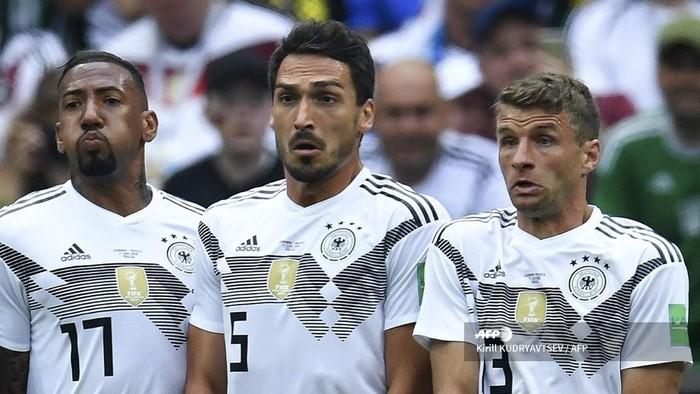 (L-R) Germanys defender Jerome Boateng, Germanys defender Mats Hummels and Germanys forward Thomas Mueller line up to make a wall during the Russia 2018 World Cup Group F football match between Germany and Mexico at the Luzhniki Stadium in Moscow. - Germany head coach Joachim Loew dropped a bombshell on March 5, 2019 by announcing that 2014 World Cup winners Jerome Boateng, Mats Hummels and Thomas Mueller are no longer in his plans. (Photo by Kirill KUDRYAVTSEV / AFP) / ALTERNATIVE CROP