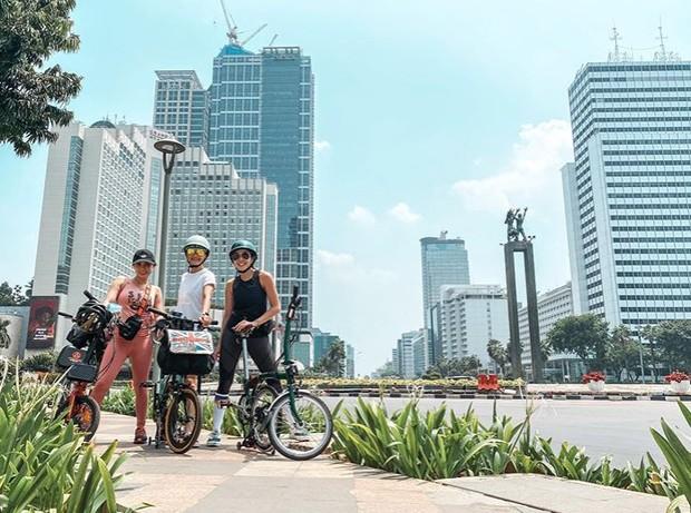 Gisel Bersepeda Menikmati Panasnya Jakarta