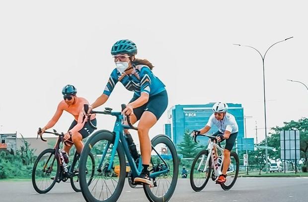 Gisel Menjalankan Protokol Kesehatan selama Bersepeda