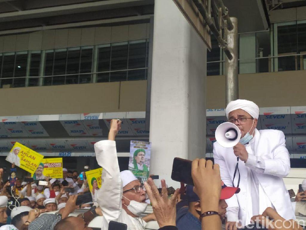 Arie Untung Terharu dengar Sholawat Menggema di Bandara Soetta