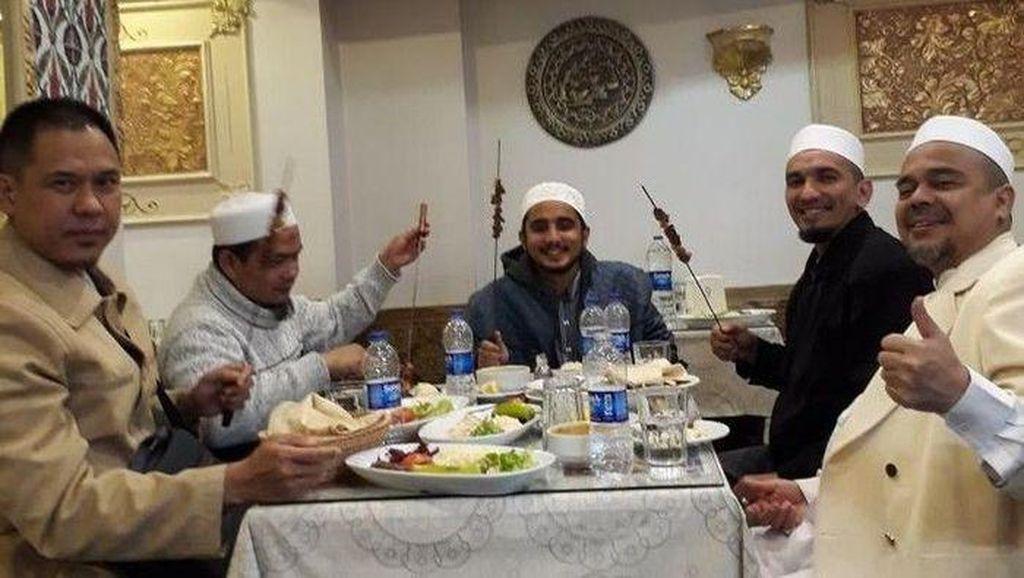 Pulang ke Indonesia, Habib Rizieq Santap Nasi Mandi dan Jus Kurma