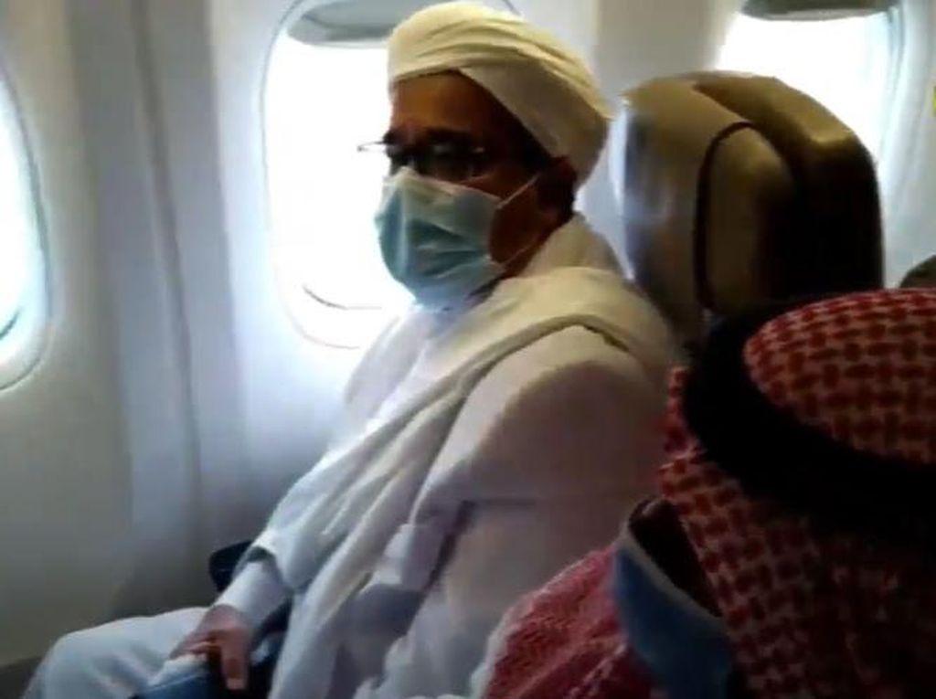 Potret Habib Rizieq di Pesawat Setelah Mendarat di RI