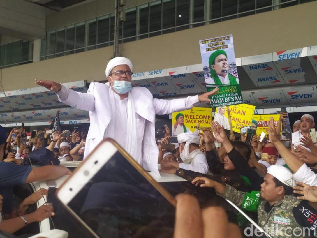 Habib Rizieq Naik Pajero Sport B 1 FPI: Nongol di Sunroof, Diarak dari Bandara