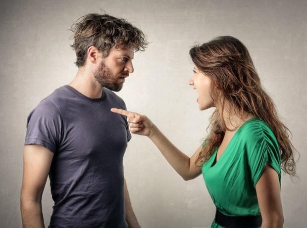 Pasangan yang toxic juga cenderung sering mengkritik dengan nada yang lebih ke arah merendahkan.
