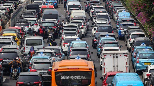 Sejumlah kendaraan terjebak macet di Tol Bandara Soekarno Hatta (Soetta), Tangerang, Banten, Selasa (10/11/2020). Kemacetan tersebut diakibatkan penumpukan massa di daerah Tol Bandara saat penyambutan kedatangan Habib Rizieq Shihab (HRS). ANTARA FOTO/Fauzan/aww.