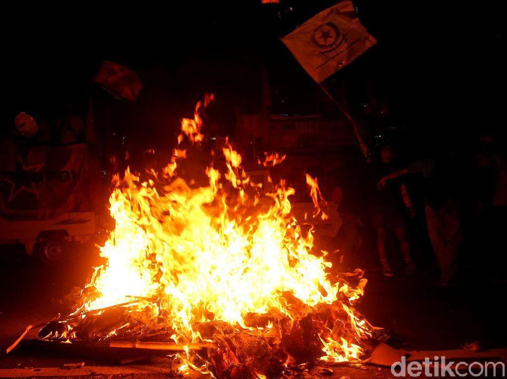 Lilin dan Api Tutup Aksi Tolak Omnibus Law di Patung Kuda