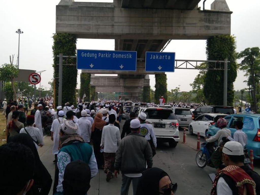 Ikuti Habib Rizieq ke Petamburan, Sebagian Massa Tinggalkan Bandara Soetta
