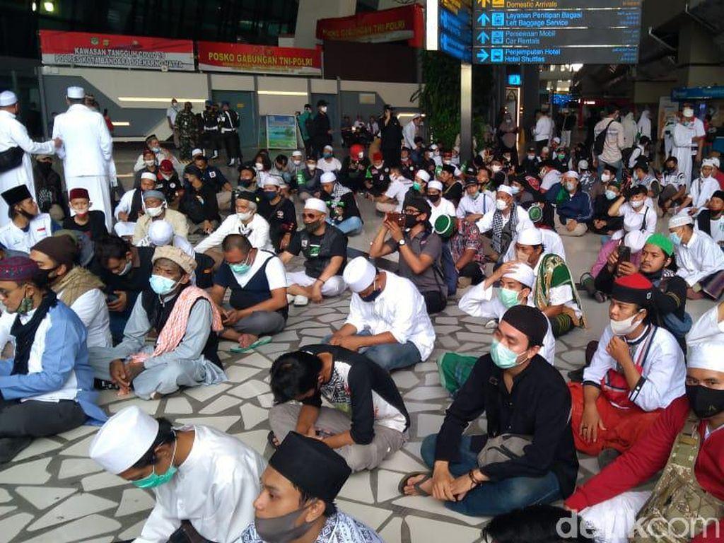 Tunggu Kedatangan Habib Rizieq, Massa Doa di Terminal 3 Soetta