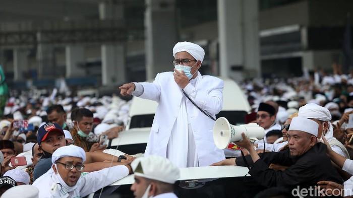Imam Besar FPI Habib Rizieq Syihab akhirnya tiba di Indonesia. Habib Rizieq langsung keluar dari Terminal 3 dan langsung berorasi.