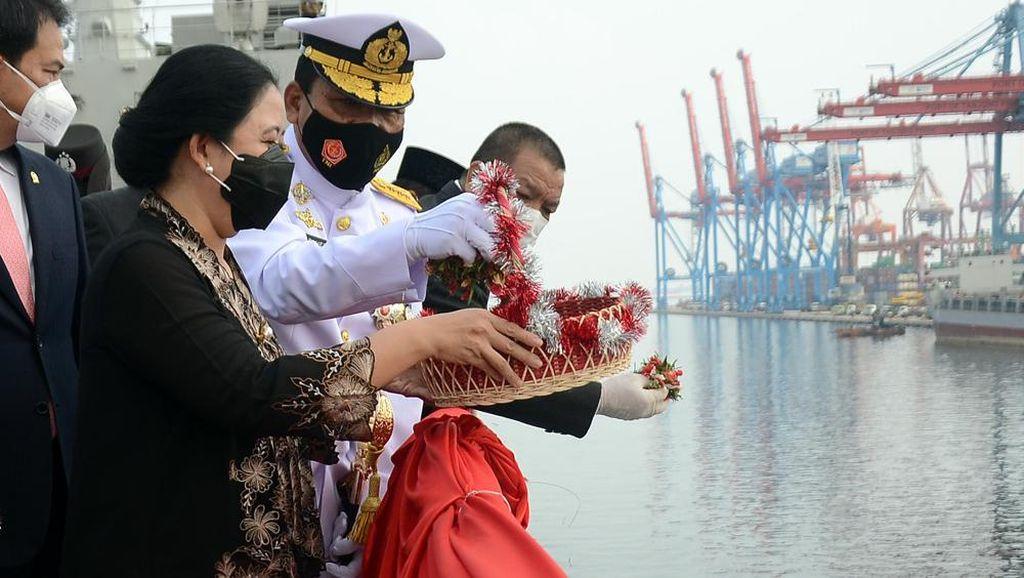 Momen Tabur Bunga di Atas KRI Peringati Hari Pahlawan