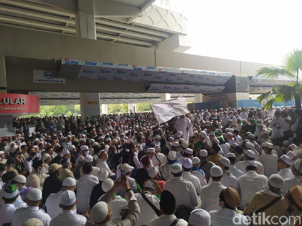 Pesawat Habib Rizieq Mendarat, Pendukung di Soetta Serukan Ahlan Wa Sahlan