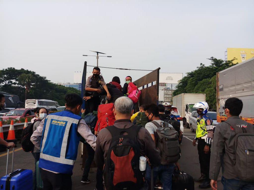 Lalin Macet Total, Penumpang ke Bandara Soetta Diangkut Truk-Mobil Patwal