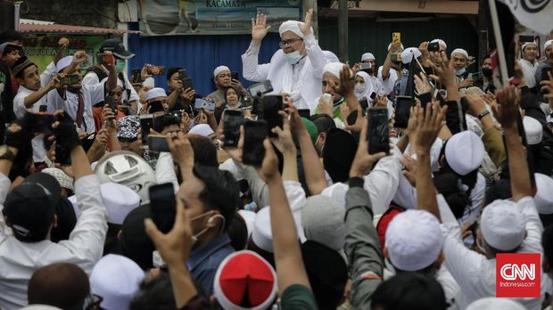 Habib Rizieq Shihab menyapa massa di Markas Besar FPI, Petamburan, Jakarta, Selasa (10/11/2020). CNN Indonesia/Adhi Wicaksono