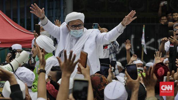 Habib Risik Shihab menyapa massa pada Selasa (10/11/2020) di markas FBI di Pettah, Jakarta.  CNN Indonesia / Adi Viksono