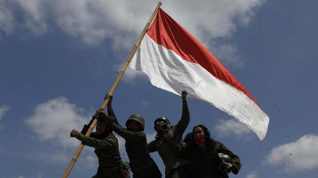 Peserta mengikuti konvoi dengan memakai baju ala pejuang kemerdekaan di Jembatan Tirtonadi, Solo, Jawa Tengah, Selasa (10/11/2020). Aksi tersebut digelar untuk memperingati Hari Pahlawan. ANTARA FOTO/Maulana Surya/aww.