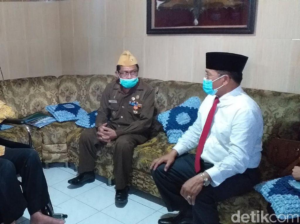 Pj Bupati Sidoarjo Isi Hari Pahlawan dengan Jenguk Veteran Sakit