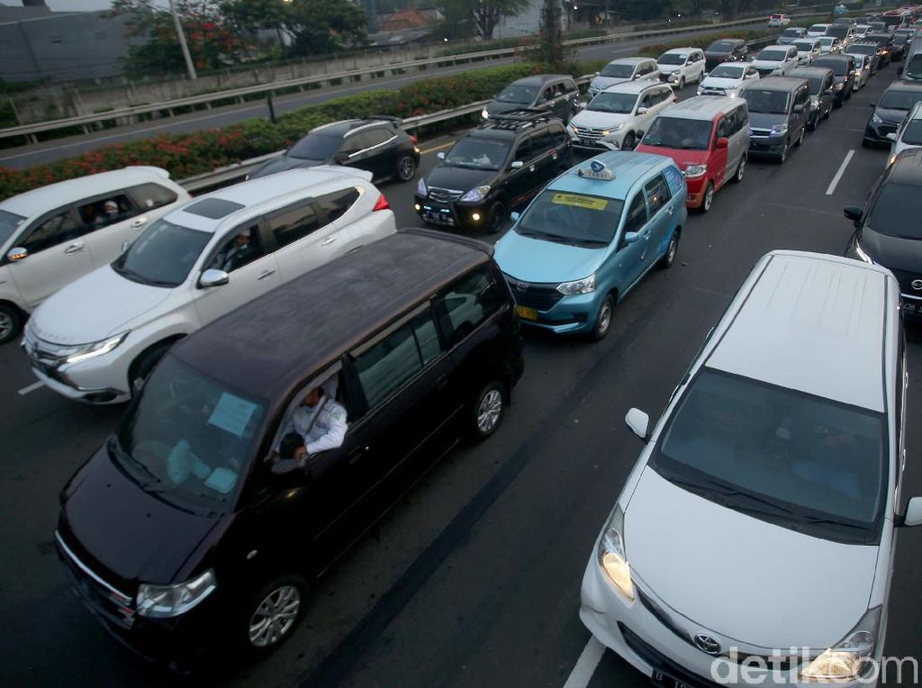 Kendaraan Massa Penjemput Habib Rizieq Bikin Macet, Polisi Cari Sopir