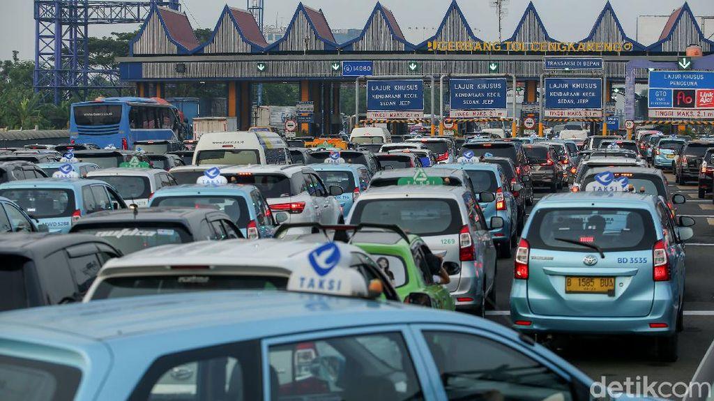 Potret Kemacetan di Tol Arah Bandara Soetta Pagi Ini