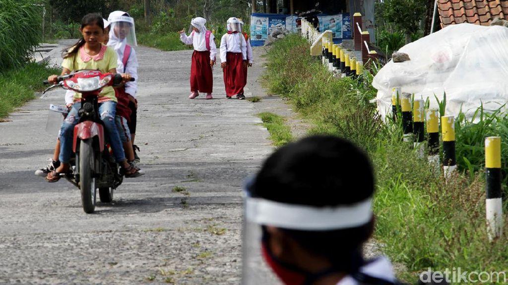 Semangat Siswa SD di Lereng Merapi Bersekolah saat Pandemi
