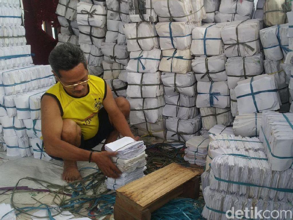 Melihat Desa Pembuat Pembungkus Makanan Berbahan Kertas di Kuningan