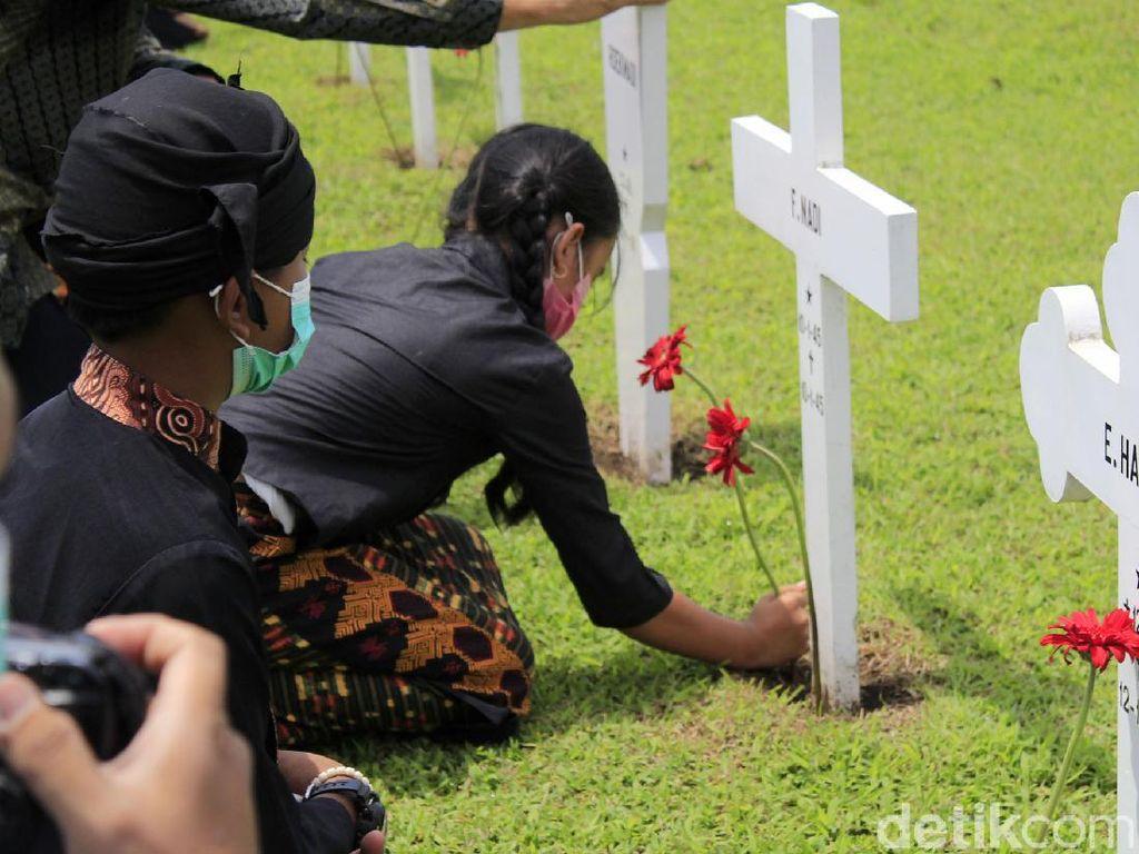 Aksi Tabur Bunga untuk Korban Perang di Makam Ereveld Bandung