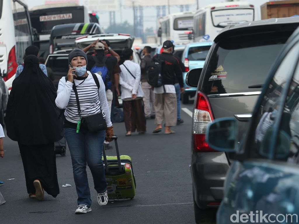 Terjebak Macet, Penumpang Pesawat-Pramugari Terpaksa Jalan Kaki
