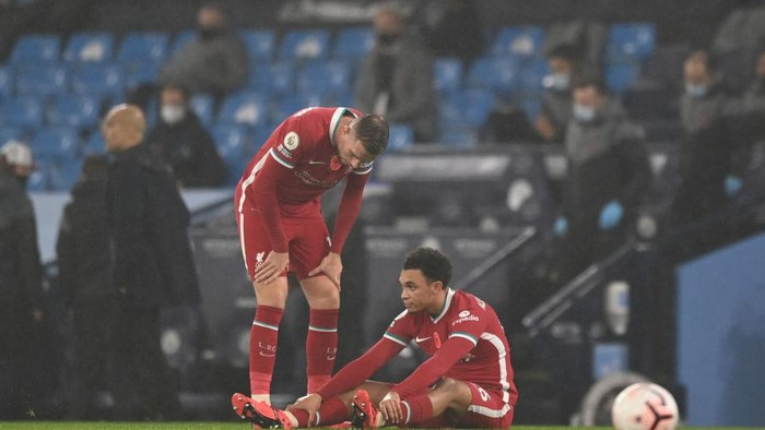 MANCHESTER, ENGLAND - NOVEMBER 08: Trent Alexander-Arnold of Liverpool goes down injured during the Premier League match between Manchester City and Liverpool at Etihad Stadium on November 08, 2020 in Manchester, England. Sporting stadiums around the UK remain under strict restrictions due to the Coronavirus Pandemic as Government social distancing laws prohibit fans inside venues resulting in games being played behind closed doors. (Photo by Shaun Botterill/Getty Images)