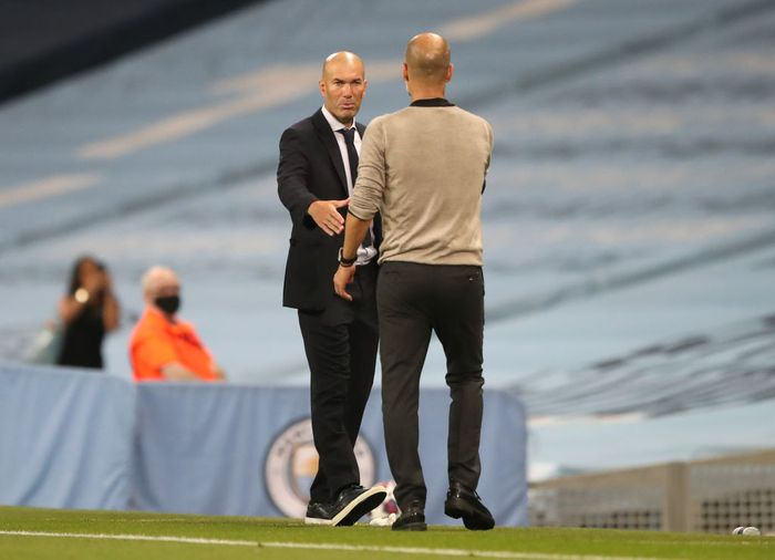 MANCHESTER, ENGLAND - AUGUST 07: Pep Guardiola, Manager of Manchester City shakes hands with Zinedine Zidane, Head Coach of Real Madrid following the UEFA Champions League round of 16 second leg match between Manchester City and Real Madrid at Etihad Stadium on August 07, 2020 in Manchester, England. (Photo by Nick Potts/Pool via Getty Images)