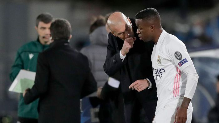 MADRID, SPAIN - NOVEMBER 03: Vinicius Junior of Real Madrid speaks with Zinedine Zidane, Head Coach of Real Madrid before coming onto the pitch during the UEFA Champions League Group B stage match between Real Madrid and FC Internazionale at Estadio Alfredo Di Stefano on November 03, 2020 in Madrid, Spain. Football Stadiums around Europe remain empty due to the Coronavirus Pandemic as Government social distancing laws prohibit fans inside venues resulting in fixtures being played behind closed doors. (Photo by Gonzalo Arroyo Moreno/Getty Images)