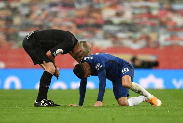 MANCHESTER, ENGLAND - OCTOBER 24: Christian Pulisic of Chelsea goes down injured during the Premier League match between Manchester United and Chelsea at Old Trafford on October 24, 2020 in Manchester, England. Sporting stadiums around the UK remain under strict restrictions due to the Coronavirus Pandemic as Government social distancing laws prohibit fans inside venues resulting in games being played behind closed doors. (Photo by Oli Scarff - Pool/Getty Images)