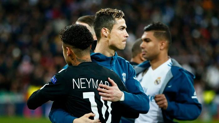 MADRID, SPAIN - FEBRUARY 14: Cristiano Ronaldo (L) of Real Madrid CF hugs Neymar JR (R) of Paris Saint-Germain prior to start the UEFA Champions League Round of 16 First Leg  match between Real Madrid and Paris Saint-Germain at Estadio Santiago Bernabeu on February 14, 2018 in Madrid, Spain. (Photo by Gonzalo Arroyo Moreno/Getty Images)
