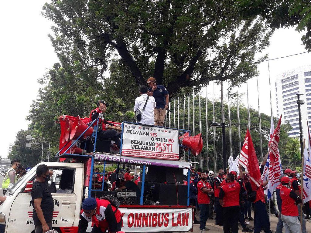 Demo di Depan Balai Kota DKI, Buruh Minta Anies Naikkan UMP 2021 Tanpa Syarat