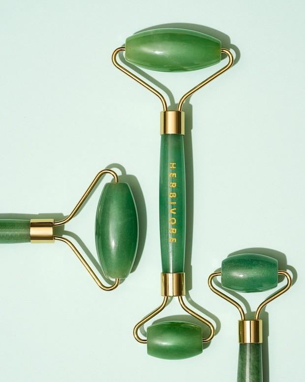 Jade roller ini akan membantu mengendurkan otot dan mengurangi bengkak di wajah.