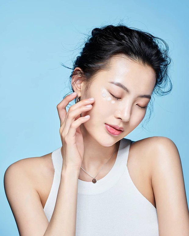 Hyaluronic Acid menjadi salah satu kandungan yang berfungsi melembapkan kulit, mengurangi munculnya kerutan, mengisi kembali kelembapan sel sehingga kulit akan lebih halus dan lembap.