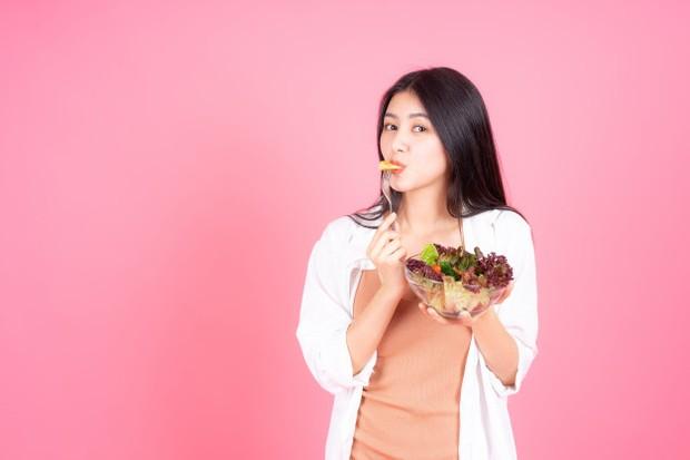 Mengonsumsi makanan yang memiliki kandungan air tinggi akan membantu menghidrasi kulit kering dari dalam.