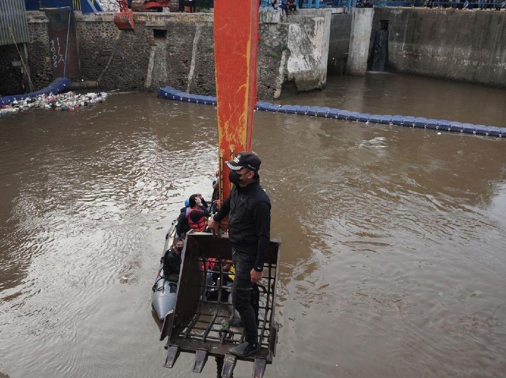 Bima Arya Susuri Ciliwung 16 Jam Pakai Perahu Karet, Ini Hasilnya