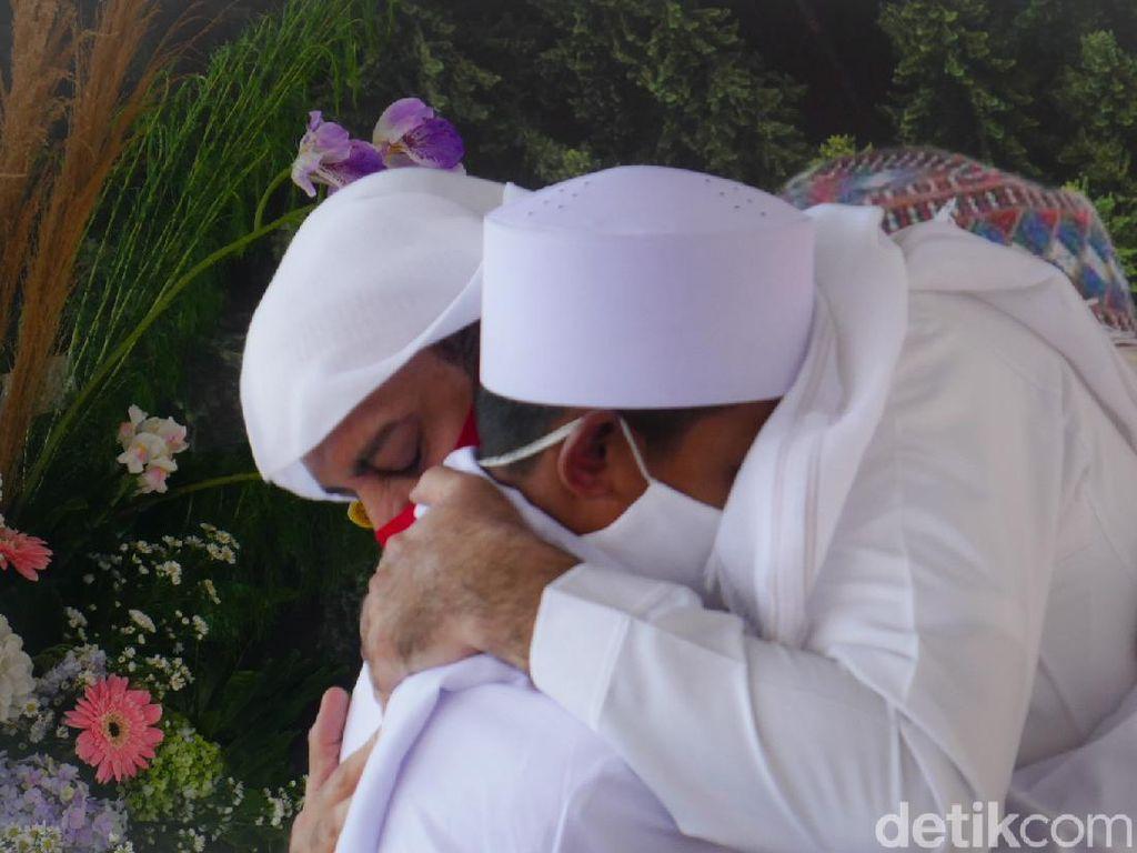 Kisah Manis Akbar, Viral Ngaji di Trotoar Lalu Diasuh Syekh Ali Jaber